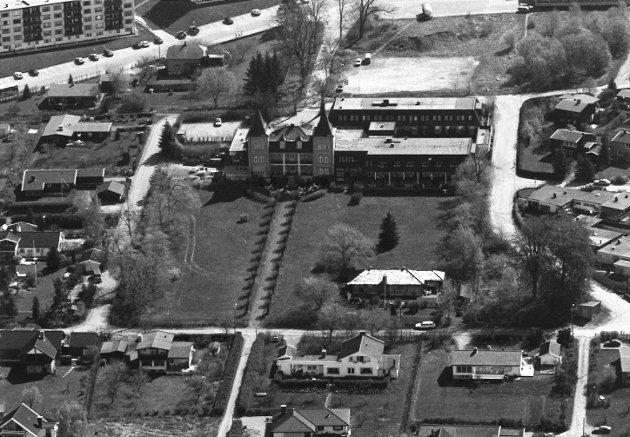 Luftfoto av Hotell Refsnes Gods og boligområdet rundt, 1994.