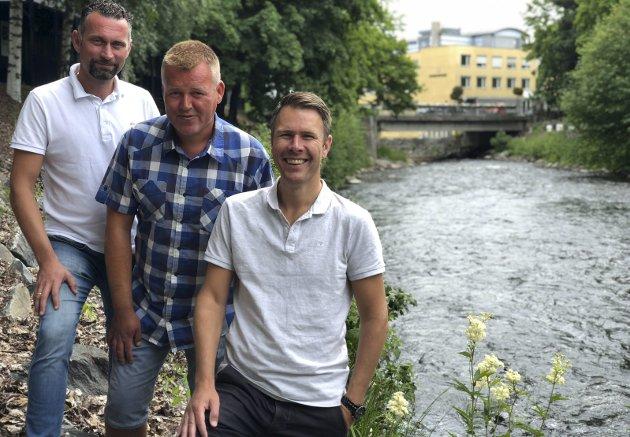 ARTIKKELFORFATTERE: – NTNU er den nye Hunnselva! En fornybar, ren kilde til kraft, mener artikkelforfatterne, her ved tre av dem. Espen Holje (f.v), Tomas Jevne og Frode Iversen.