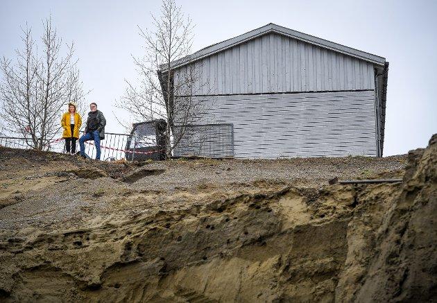 Kjetil Brendmo og  kona Lene Brendmo ved rasgropa som kryper nærmere huset deres på Baklandet i Korgen.