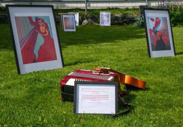 Egne tekster og instrumenter er effekter som brukes i utstillingene.