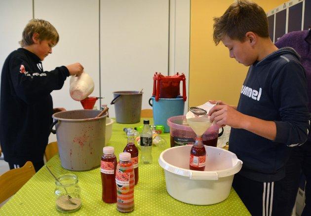 Elever i 7. klasse ved Tingvoll barne - og ungdomsskole  kokte torsdag 29. september 2018 saft til det kommende  kortreiste gjestebudet.