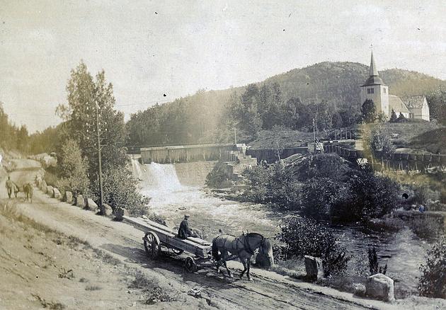 Demningen ved Søndeled kirke fotografert av NGU 1910, få år etter at den blei bygd.