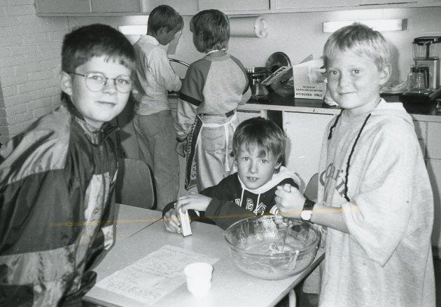 Kennet, Stian og Kim Gunnar på skulekjøkkenet på Rognaldsvåg skule i 1992