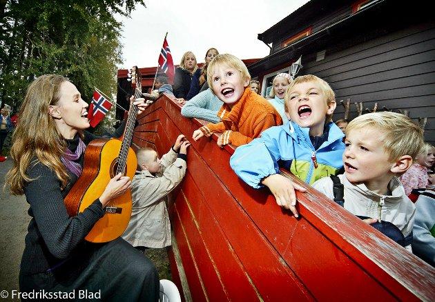 Feiring av at Mattisgården barnehage er 10 år. Hauk Fredrik Blinchfeldt Ærø (6), Fredrik Nysted (6) og Elias Røyneberg (5) sang det stemmebåndet kunne holde. På gitar Stine Blinchfeldt Ærø. Foto: Anette Lie, 30.09.2006