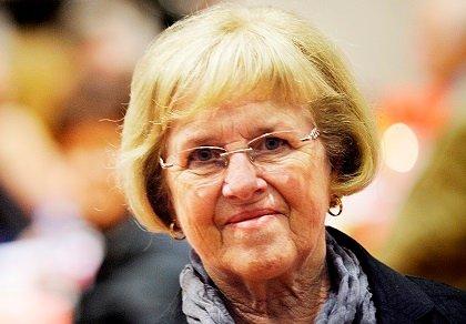 Solveig Paus Kristiansen har opplevd at det røkket i rockefoten under møte i Holmen pensjonistforening.