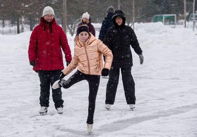 Heid Nordberg Pettersen danser på skøyter foran mamma Rakel Nordberg (tv)  og farmor Karin Pettersen.