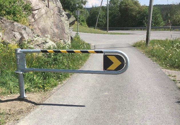 NY BOM: Er det så farlig å kjøre de oversiktlige meterne bort til Blåklokkeveien? Nei, det er det ikke, denne veistubben har vi benyttet, rullet pent over i snart 40 år uten anydinger til uhell, skriver innsenderen.