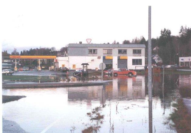 VÅTT I GRAN: Bildet er hentet fra NVEs flomsonekart-rappor fra 2007, og viser Gran kommunes flombilder fra november 2000. Bildet er tatt ved Shell, retning nordover.