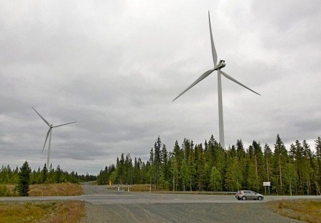Frå Åmliden Vindkraft i Västerbotten. Her går hovudvegen gjennom vindmølleparken, som ikkje verkar sjenerande for ein farande bilturist, skriver Per Smørvik.