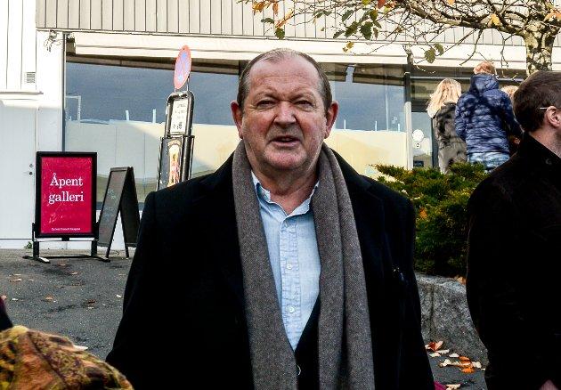 Thorvald Lund Hansen ankommer utstillingen på Galleri Fineart.