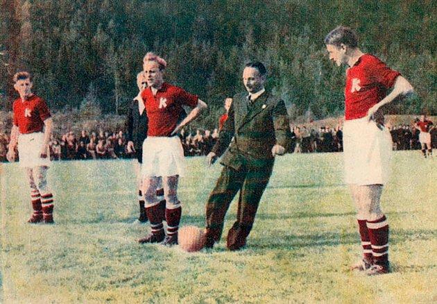 AVSPARK: Erling Popperud , som var leder for banekomiteen, tar avsparket i Idrettsparkens første kamp.