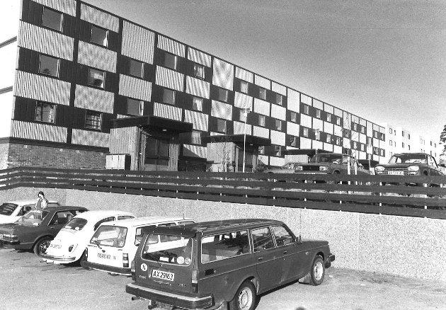 «Ny blokk på Øreåsen, ved handelsenteret« står det bak p dette bildet fra 1983