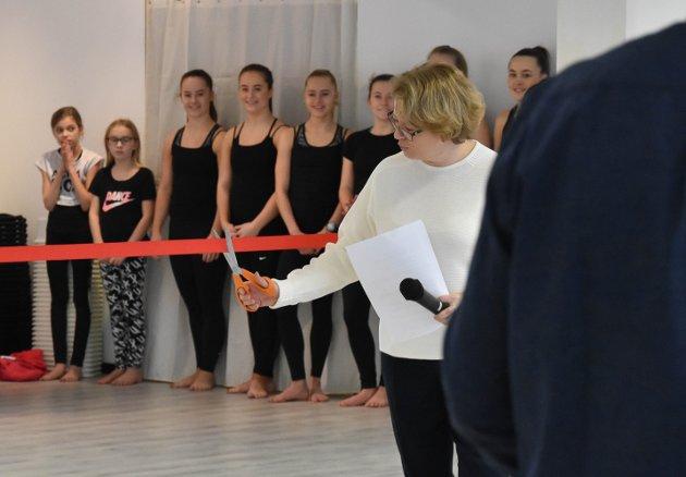 RØD SNOR OG KONFETTI: Dansens Hus ble offisielt åpnet lørdag 1. februar av eier og danselærer Ragne Bruun. – Dette har vi gledet oss mye til. Dette huset skal vi fylle med dans og glede, sa hun. FOTO: Vibeke Bjerkaas