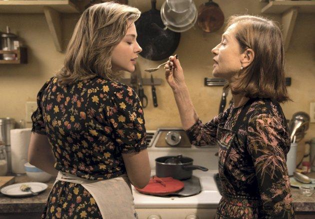 Mens det fortsatt er koselig: Frances (Chloë Grace Moretz) og Greta (Isabelle Huppert) lager mat sammen. I neste øyeblikk blir musikken skummel, og da vet vi at det er bare til å stålsette seg.  foto: norsk filmdistribusjon
