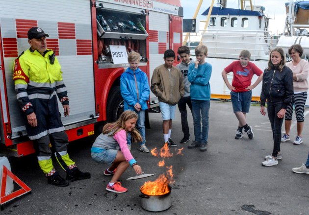 Linnea Østland får lagt lokket på gryta så brannen ble slukket.