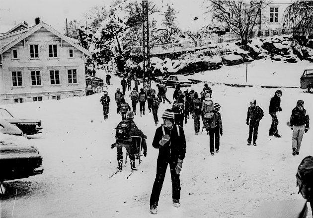 En vinterdag i 1982. Elevene strømmer til skolen. Legg merke til den store jernmasta midt i bildet.