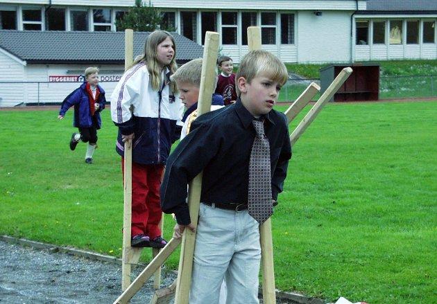 HUSNES: Erlend Bratland går på stylter. 17. mai 2001.