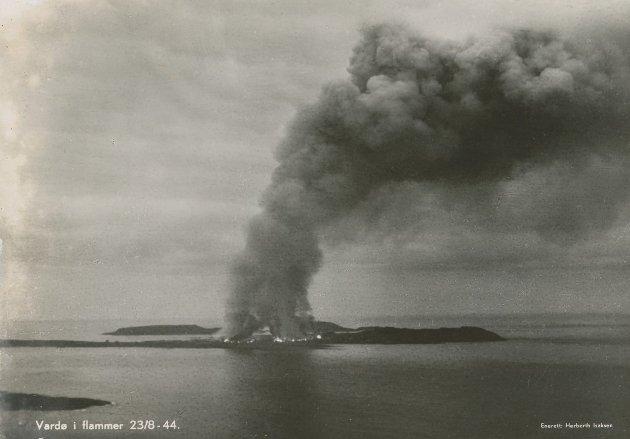 Vardø i flammer høsten 1944.