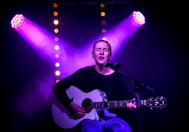 Emma Røed med sin gitar.UKM 2019 ble som vanlig avholdt i Gruben samfunnshus.