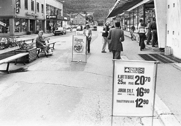 Mo i Rana sentrum så litt annerledes ut i 1981 enn det gjør i dag. Før gågata utvides, hus ble revet, nye ble bygget, var Mo sentrum ganske trivelig. Her ser du gågata før Bindersen som nå rommer Tinde Cafe ble bygget. Hvem husker vel ikke Nyborg.