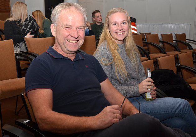 HYGGELIG: – Det er hyggelig å kunne gå på Humorgalla sammen, forteller Jan Henning Vammeli og datteren Mette Vammeli rett før showet startet.