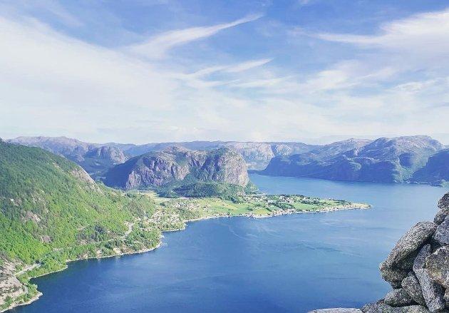 STILLER SPØRSMÅL: – Aksjonsgruppa argumenterer med naturlig geografisk tilhørighet til Strand, hvor viktig det er å være Ryfylking og ivareta vennskapet med Strand. For hvem, spør Åse E. Midtskog og Grethe Johansen.
