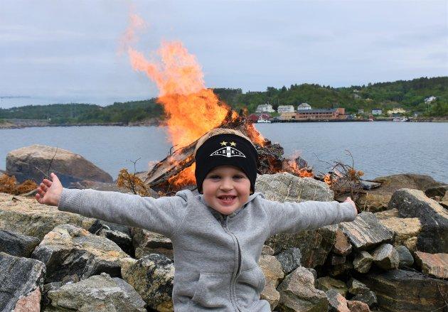 Tre år gamle Sivert Pedersen Morch var i ekstase over sankthansfeiringen, og spredde flust av god energi.
