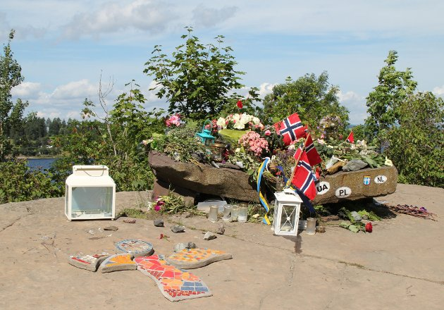 Nokså nøyaktig eitt år etter terroren på Utøya køyrde vi nordvover langs Tyrifjorden. På fastlandet rett innafor Utøva vart vi påmint om tragedien 22. juli 2011.