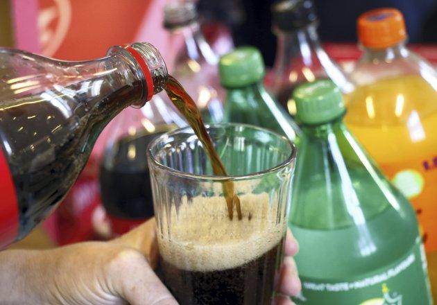 Er det virkelig nødvendig å pakke alle grønnsaker og all frukt i plast? Og kan drikkevarer heller selges i kartong? foreslår spaltist Jana Midelfart Hoff for å få bukt med mikroplast-problemet. FOTO: Scanpix