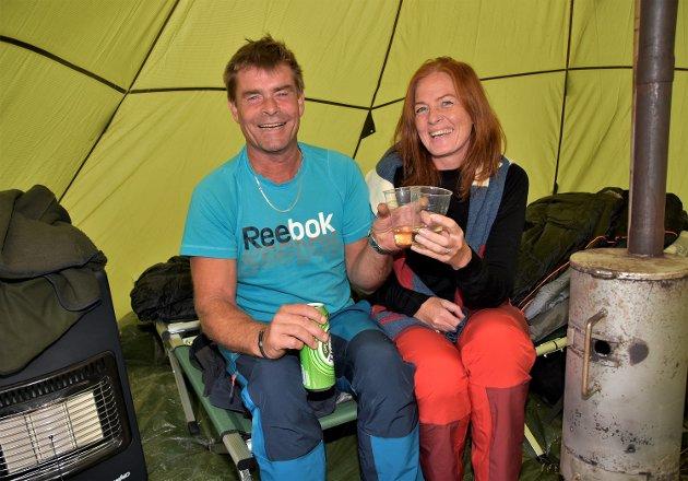 VARMT OG GODT: For samboerne Hilde Skinstad (45) og Tore Westheim (54) fra Drolsum.–Vi har med tre sekker ved, og dessuten har vi en gassovn i teltet. Her på Tempelfestivalen skal vi kose oss hele helgen, sier kjærestene.