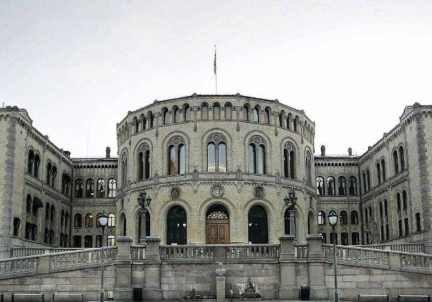 Mens et smitte-helvete er løs i byer som Hammerfest, Trondheim, Hamar og Larvik med flere, oppretter regjeringen egen, eksklusiv vaksine-fil til stortingspolitikere. Det har naturlig nok skapt sterke reaksjoner.