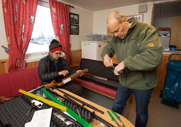 Anders Hansen og Kjell Arild Høgda bygger om våpen fra fin- til grovkaliber