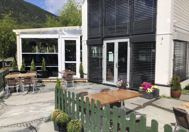 SKIFERPLASSEN: Tasty House har flyttet over gata og kan invitere sine gjester inn i hyggelige lokaler, om man ikke velger å nyte litt mat under åpen himmel.