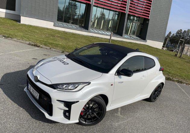 SPORTS-YARIS: Toyota har kuttet et par dører av vanlig Yaris og latt sitt racingteam jobbe frem en meget morsom liten råtass.FOTO: ØYVIN SØRAA