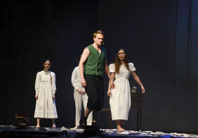 Imponerte: Pernille H. Berg, Ruben N. Henriksen og Antoinette Larsen som Shakespeare-barna, og Torbjørn Kristiansen i rollen som ånden Ariel.foto: vårin alme