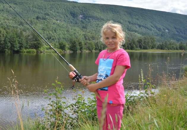 UNG FISKER: Erle Rønning Østlie (9) fikk ikke fisk forrige gang hun deltok, men i år håpet hun på napp under Norsk Ørretsfestival.