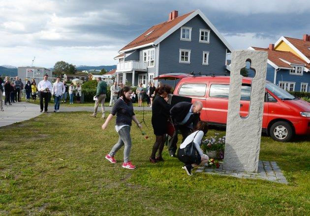 Minnemarkering for terroren på Utøya og ved regjeringskvartalet ved Havmannplassen 22. juli. Det ble lagt ned blomster for å minnes ranajenta Karin Elena Holst ved minnemerket.