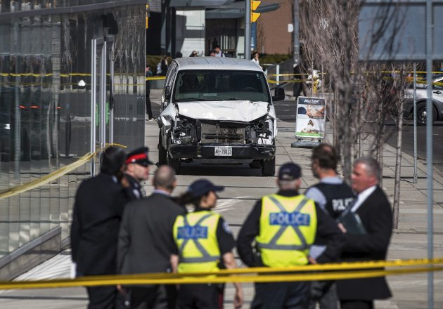 Politiet i arbeid på åstedet i Toronto etter at Alek Minassian kjørte ned og drepte 10 personer og skadet 16 andre 23. april 2018.