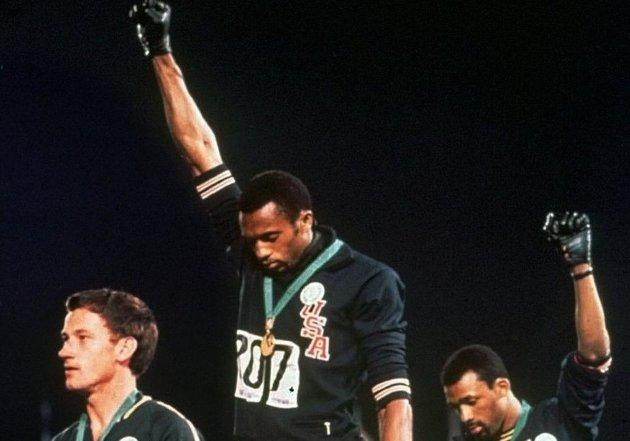 Premiepallen fra 200 meteren i OL i 1968. Fra venstre Peter Norman, Tommie Smith og John Carlos.