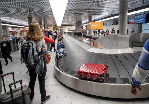 Flyplassene og flyselskapene skal ikke bare beskytte oss mot terrorister, men også mot virus. Det blir trolig dyrere å reise, og kanskje forsvinner noen av de spontane handleturene langt borte. Jeg savner faktisk trillekofferten, skriver Filip Rygg. FOTO: Eirik Hagesæter