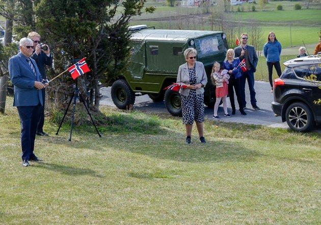 Gunnar og Helga Irene Staalen fikk 17. mai besøka av Sigdal skole og ungdomskorps hjemme i hagen.