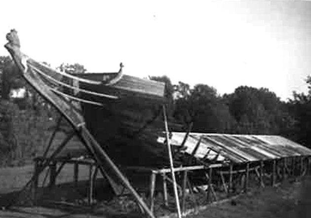 Flammenes rov:  Stenbocken med det rekonstruerte baugspydet  gikk opp i røk utenfor Gamlebyen 8.april 1949. Den ene av guttene har senere også fortalt om hendelsen i Fredriksstad Blad.