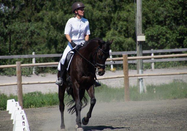 KONSENTRASJON: Det er viktig at hesten ikke får feil ordre. Her er det Josefine Thomassen fra Hadeland Ride Og Kjøreklubb og Big Master som gjennomfører sitt program.
