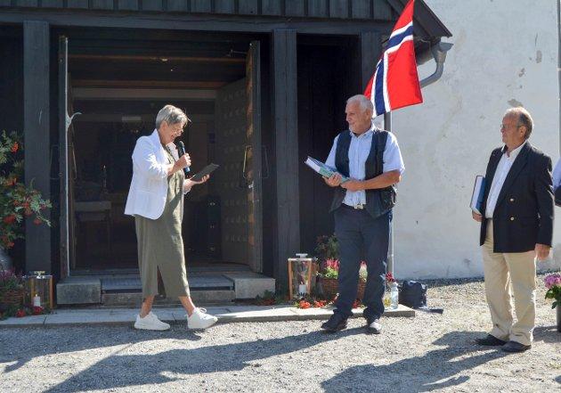 Inger Marie Vierli Vold overrakte gledelig en oppmerksomhet til Morten Lager og Jan Lillestrand.