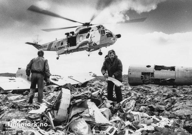 FLYSAMLERE PÅ BANAK: Gamle flyvrak hentes ned fra fjellet i Finnmark. Her bidrar et Sea King-helikopter fra 330. skvadronen med hentingen. 20.06.1989.
