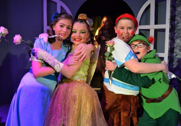 GODE VENNER:Fra venstre:«Wendy» Madeleine Skaug (12), «Tingeling» Lydia Marie Braarvik (13), «Smisk» Noa Rønneberg Johnsen (14) og «Peter Pan» Iver Dahl (10)