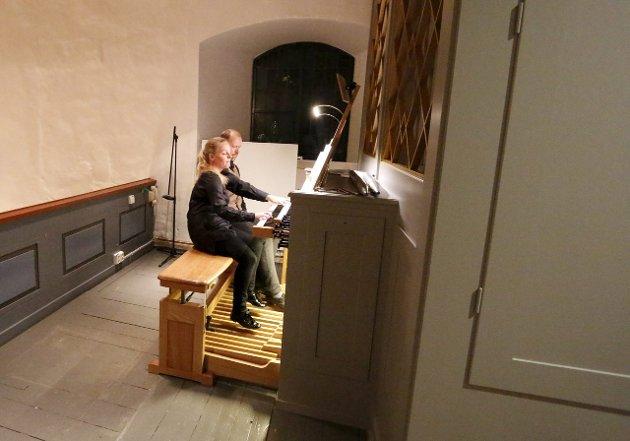Orgelkonsert for barn i Ski middelalderkirke onsdag 25. november 2015. Helene Wold og Lars Notto Birkeland. FOTO: STIG PERSSON