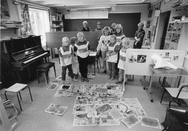 Langvassgrenda skole, 1986. – Umulig å drive en forsvarlig gymnastikkundervisning i dette klasserommet. Det menere både elever, lærere og foreldre ved Langvassgrenda skole. Før kroppsundervisningen kan komme igang, må rommet ryddes for stoler og pulter, men likevel blir det lite av aktivitet ungene kan drive med. Nå vil bygdefolket og lærerne at det reises et tilbygg på vel 50 kvadratmeter som kan brukes i gymtimene og til sammenkomster i skolekretsen.