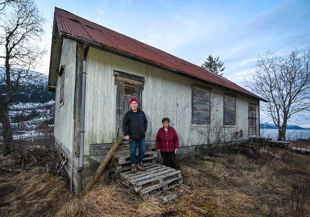 Forsamlingshus på Stien i Dalselv selges for riving. Eva Stien Mathiesen og broren i huset fra først på 1900 tallet.