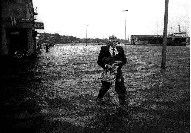 16. oktober 1987: Sven Bilov Olsen på vei hjem fra jobb i Rosshavet. Springflo i  Sandefjord havn med store skader.